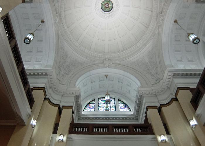 国立科学博物館の日本館の天井とステンドグラス