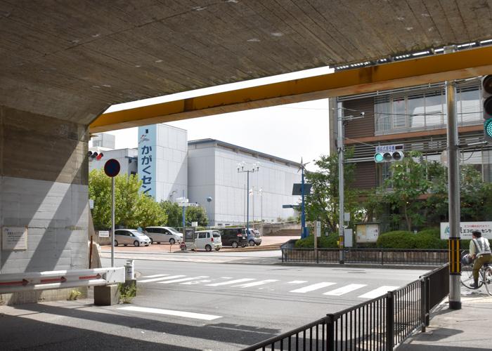 トンネルの先に見える京都市青少年科学センター