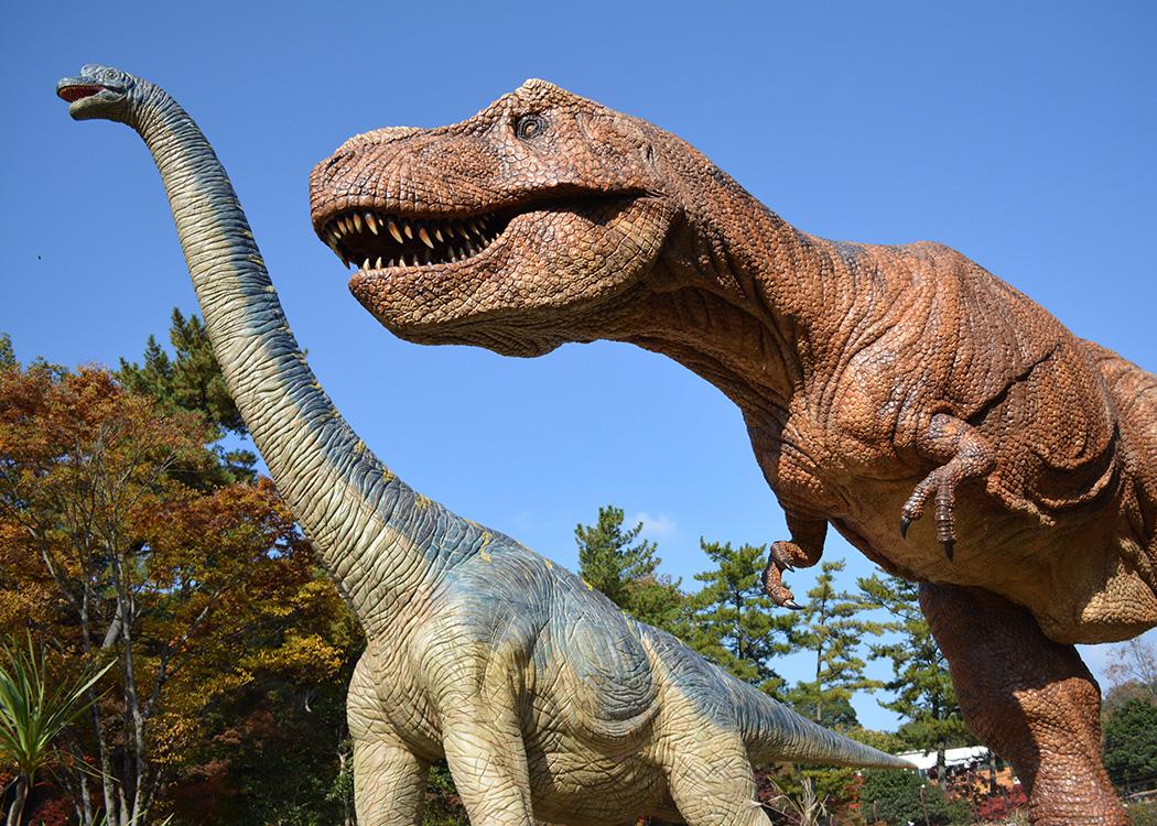 岡崎市東公園動物園の恐竜(ティラノサウルスとブラキオサウルス)