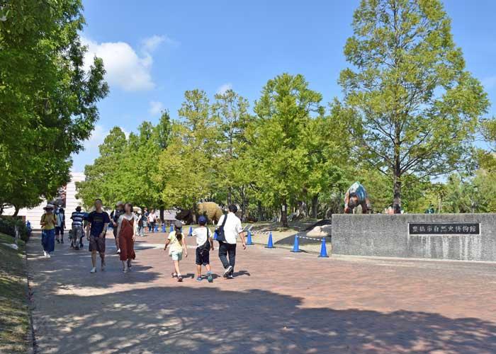 豊橋市自然史博物館の門と野外恐竜ランド