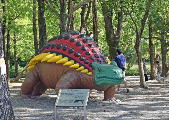 アンキロサウルスの復元模型:豊橋市自然史博物館の野外恐竜ランド