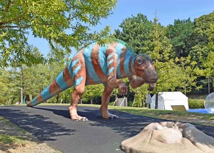 マイアサウラの復元模型:豊橋市自然史博物館の野外恐竜ランド