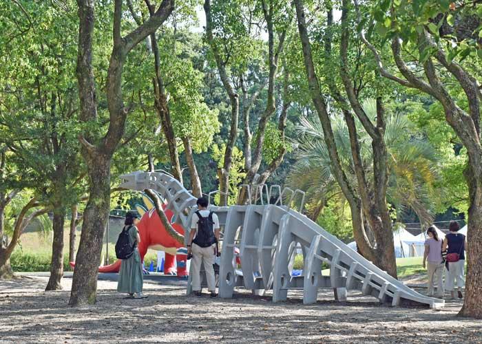 豊橋市自然史博物館の野外恐竜ランドにある恐竜型滑り台